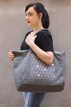 Versace Women's Shoulder Bag Grey grau-pink Large Shoulder Bags, Carry On Tote, Spring Handbags, Grey Tote Bags, Picnic Bag, Fashion Bags, Laptop, Vegan