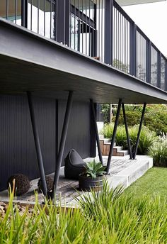This holiday home on the NSW South Coast may borrow form and function from mid-century design, but its reinterpretation is refreshingly modern. Outdoor Retreat, Outdoor Lounge, Outdoor Decor, Outdoor Spaces, Outdoor Living, Mid Century Exterior, Diy Home Decor Projects, Modern Exterior, Mid Century Design