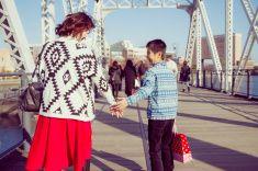 母と息子に手を保持して、ブリッジ stock photo