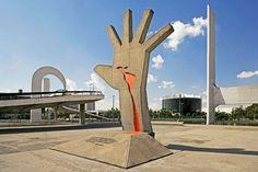 Memorial da América Latina – Barra Funda – zona Oeste – São Paulo.   Inaugurado em 1989, o conjunto arquitetônico, projetado por Oscar Niemeyer, tinha como objetivo estreitar as relações políticas, econômicas, sociais e culturais do Brasil com os demais países da América Latina, em uma época em que as divergências de interesse eram enormes.  Foi criado, inicialmente, o Instituto Latino-Americano, que possuía um acervo bibliográfico de cerca de dez mil itens, além de diversos tipos de materia