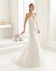 Vestido de encaje, pedreria y tul en color natural. Vestido de encaje, pedreria y tul en color blanco.