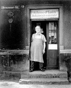 Selbstständige Handwerksbetriebe waren in der DDR selten, Ausländer auch: Den türkischstämmigen Schuhmachermeister Achmed Talib fotografierte Graetz 1980 kurz vor dessen Geschäftsaufgabe. Die alte Lederwalze, die er Talib damals für 50 Mark abkaufte, steht noch heute bei ihm zu Hause in Neuglobsow: umgebaut als Presse für Druckgrafiken seiner Frau.