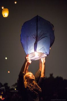 Uploaded by Dreams. Find images and videos about girl, photography and blue on We Heart It - the app to get lost in what you love. Floating Lanterns, Sky Lanterns, Disney Instagram, Instagram Girls, Romantic Evening, Art Music, Photography Poses, Photography Music, Beautiful World