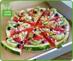 Idea: Watermelon Pizza (a pizza fruit salad) Pizza Fruit, Watermelon Pizza, Pizza Salami, Fruit Fruit, Watermelon Slices, Dessert Pizza, Watermelon Ideas, Watermelon Carving, Pizza Food
