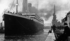 Avant le voyage inaugural, encore amarré au port de Southampton, sous les yeux du superintendant Benjamin Steele (assis à dr.). | Photo NATIONAL PICTURES/MAXPPP