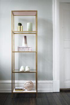 Galleri: DIY: Hotte hyldemeter | Femina#slide-0#slide-Reol,   Vittsjö, til 399 fra Ikea Træplader (tjek resteafdelingen i byggemarkedet)  Maling i farven Ferskenblomst fra Dyrup Spraymaling i mat guld fra Silvan Marmorfolie til 59 kr. pr. rulle fra Silvan