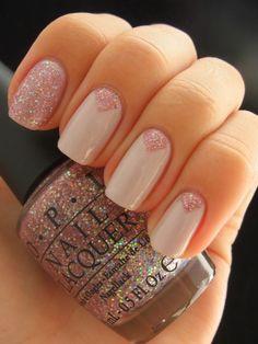 Uñas en color beige decoradas con esmalte rosa de gliter