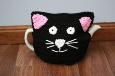 Beautiful tea cosy, made by me, black cat, in a good quality aran yarn, will keep your tea warm as well as being super decorative smoke and pet