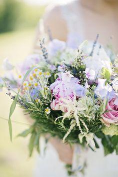 Natürlicher Brautstrauß mit Wiesenblumen und Pfingstrosen – loose wedding bouquet with roses and peonies