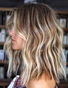 Hot Balayage Beach Waves Hair Looks for Ladies in 2019 Browsing for latest hair color shades to try in these days? We have prepared here a list of best balayage hair colored beach hairstyles for more sexy and hot look in Must try this sensational hai Balayage Hair Blonde Medium, Brown Blonde Hair, Hair Color Balayage, Short Brown Hair With Blonde Highlights, Short Balayage, Blonde Balayage Highlights, Blonde Short Hair, Chunky Highlights, Brownish Blonde Hair Color