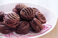 Don& buy a box of chocolate biscuits - bake your own decadent version in the comfort of your own home. Chocolate Hazelnut, Melting Chocolate, Sweets Recipes, Baking Recipes, Melting Moments, Cooking Cookies, Hazelnut Spread, Chocolate Biscuits, Tray Bakes