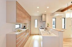 木の香り漂う光に満ちあふれた畳リビングのある家 Japanese Home Design, Japanese Interior, Japanese House, Apartment Interior, Apartment Design, Kitchen Interior, Kitchen Design, Muji Home, Japanese Kitchen