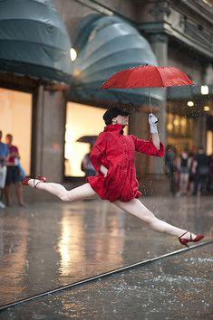 Bailando y saltando bajo la lluvia!!!!!💖🌹💖🌹💖💎💎💎
