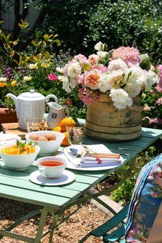 Frühstück im Garten >> a glorious morning in the garden: the Polished Pebble Cosy Garden, Garden Picnic, Backyard Picnic, Backyard Parties, Garden Parties, Summer Picnic, Coffee Time, Tea Time, Jeaniene Frost
