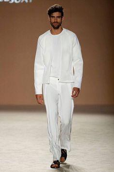 Tonalidades pop y blancos absolutos convergen en la colección Spring/Summer 2017 de Miquel Suay en la 080 Bareclona Fashion, el magist...