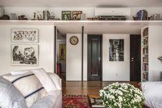 """376 curtidas, 2 comentários - Casa e Jardim (@casaejardim) no Instagram: """"Neste hall de entrada, projeto do Ouriço Arquitetura, a estrutura superior, feita com marcenaria,…"""""""