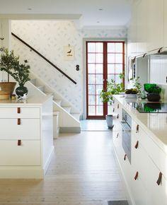 Emma von Brömsens IKEA-kök Ni som har läst här ett tag vet att vi från början ville ha ett platsbyggt kök och kollade på diverse sådana. Nu blev det ju inget sådant, utan ett helt vanligt kök med släta luckor från IKEA. När …