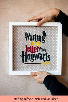 In meinem kostenlosen Tutorial zeige ich dir, wie du schnell ein super Geschenk aus einem alten Bilderrahmen upcycelst :). #harrypotterfanart #harrypotter #hogwarts #upcycling Engagement Ring Cuts, Diy And Crafts, Harry Potter, Super, Hogwarts, Lettering, Deco, Blog, Frame