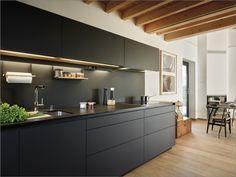 White and black kitchens Kitchen Interior, New Kitchen, Home Interior Design, Wooden Kitchen Cabinets, Kitchen Cabinet Styles, Home Improvement Loans, Cuisines Design, Black Kitchens, Decoration