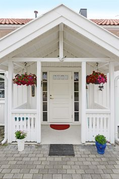 inngangsparti - Google-søk Nordic Home, Scandinavian Home, Home Focus, Sweden House, Small Front Porches, Fairytale Cottage, Backyard Studio, Entrance Ways, Red Roof