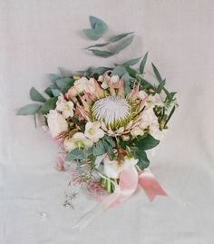 I really, really love protea this days. It just adds a funky touch to a romantic bouquet!