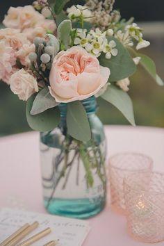 Tischlein deck´ dich - Blumendekor als Strauß im blauen Glas