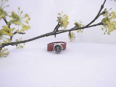Ring aus congnacfarbenem Lederband mit grauem Swarowkikristall by banderama