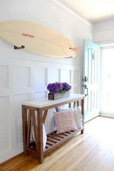 Surfer Chic Summer Home Tour 2018 - Strandbungalow - Surfbrett - Ferienhaus - Simple Stylings - www. Surfer Chic Summer Home Tour 2018 - Strandbungalow - Surfbrett - Ferienhaus - Simple Stylings - www. Bungalow Decor, Bungalow Interiors, Bungalow Homes, Bungalow Hallway Ideas, Beach Bungalow Exterior, Cottage Interiors, Beach Cottage Style, Beach Cottage Decor, Beach House Diy Decor