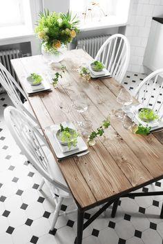 Ni vet de där matborden i rustikt, gediget trä och sådär lite lagom slitna. De syns i tv, i skyltfönster,
