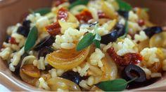 Do italského rizota můžete zamíchat spoustu různých ingrediencí. Tentokrát vyzkoušejte ryze letní kombinaci s vyraznými chuťovými akcenty v podobě sušených rajčat, černých oliv a voňavé šalvěje.