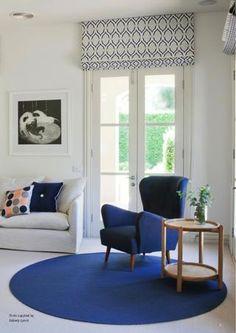 Plamy #niebieskiego na #białym tle pokoju pięknie podkreślają urodę #wnętrza