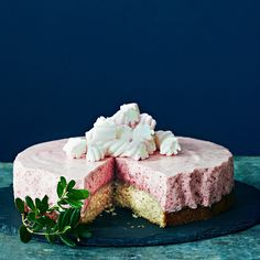 Vaahtokarkkikakku muistuttaa hyydytettyä juustokakkua, jossa on mehevä mantelipohja ja ilmava vaahtokarkki-puolukkatäyte.