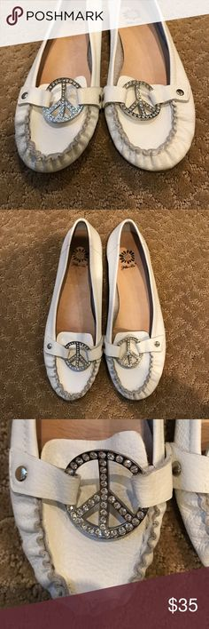 White Leather Moccasins with Crystal Peace Sign✌🏼 Yellow Box. White Leather Moccasins Loafers. Material: Leather Upper. Size 8. Features Crystal Embellished Peace Sign. Style: Lite. This is a pre-loved item, therefore there may be minor signs of wear. All major issues will be disclosed👗 All items from a clean pet and smoke free home 🚫🐶🐱🚭 ✔️ reasonable offers will be considered ✔️ use the offer button ✔️ bundle for bigger savings Yellow Box Shoes Flats & Loafers