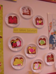 Laat de kinderen een bruine boterham vouwen en op een bordje plakken. De kinderen kunnen de boterham daarna beleggen.