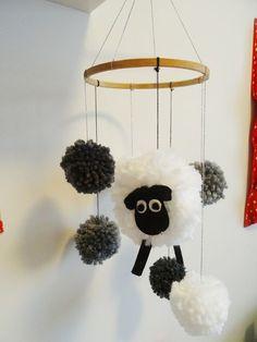 C'est en farfouillant le net pendant ma grossesse que l'idée du mobile pompon mouton est survenu dans ma petite tête ! évidemment j'avais le temps pour lui confectionner plein de jolies petites cho...