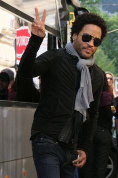 Lenny Kravitz peace sign