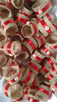 Porta guardanapo com fita de juta e fita de cetim. Cor: Fita de cetim vermelha com pérola Christmas Napkins, Christmas Crafts For Kids, Felt Christmas, Rustic Christmas, Simple Christmas, Holiday Crafts, Christmas Wreaths, Christmas Ornaments, Christmas Christmas