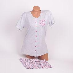 Дамска памучна лятна пижама от две части в светлосив цвят. Горната част е със сладки копчета във форма на цветче в тъмен, лилав цвят, с къси ръкави и е декорирана с апликация в ляво надпис и цветчета