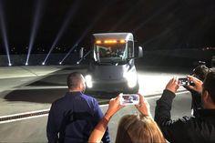 Илон Маск представил новый грузовик https://itzine.ru/news/tech/tesla-semi-truck.html  ВКалифорнии прошла презентация компании Tesla, накоторой ееоснователь Илон Маск представил первый вмире электрогрузовик. Посообщениям СМИ представленные Маском автомобили Теслы появятся надорогах уже к2020 году. Грузовик Semi Truck способен преодолеть без подзарядки более 800км. Такое расстояние автомобиль способен пройти при максимальной загрузке, которая составляет 36 тонн, инамаксимально…