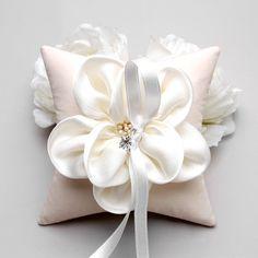 【再入荷_YOU≡ME一番人気リングピロー】やわらかく、なめらかな手触りのお花がついた、リングピローお花の雄しべにはパールをあしらい、細かいところまでデザインされていますMandelineは、大人っぽい雰囲気の式にも、可愛らしい雰囲気の式にも合わせやすいリングピローですとても、ボリュームがあり、存在感があります式の後、お家のデコレーションとしてもご利用いただけますリングピローの中でも、YOU三MEの一番のお気に入りですリングピローは、ウェディングの後にもリング置きとして使えるよう、シンプルなデザインに仕上げています。リングピローは海外のスタジオで制作したインポートアイテムですが、日本に在庫しているので2・3日でお手元に配送できます。HAPPY WEDDING♡【Color】 アイボリー:花びら・生地・リボン *生地はほんのりピンクがかっています 【SIZE】ワンサイズ W 15.24cm ×L15.24cm ×D5.08cm【素材】 花びら:サテン 雄しべ:パール リボン:サテン【In Stock】 日本に在庫しています。ご注文いただいてから、2日以内に発送します。