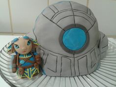 Jessica Bergmans' Guild Wars 2 asura cake both charmed us and made our mouths water!