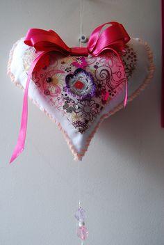 Corazón relleno motivo Amor y Amistad para decoración en puerta.