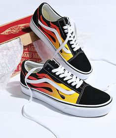 Vans Old Skool Flame Black & White Skate Shoes - Schuhe Vans Sneakers, Cool Vans Shoes, Vans Shoes Old Skool, Custom Vans Shoes, Tenis Vans, Sneakers Mode, New Shoes, Sneakers Fashion, Me Too Shoes