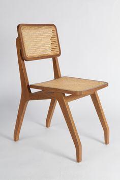 Releitura contemporânea da antiga cadeira portuguesa em palinha, muito encontrada no Brasil. Pensada para mesa de jantar, a peça, apesar de leve, é extremamente resistente.<br><br>Dimensões:<br>42 x 82 x 56h cm<br><br>Madeiras Catuaba ou Cinamomo de reflorestamento