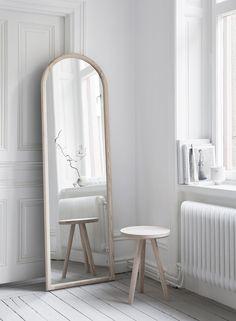 Melo - Spegel AskSpegel Ask     4900 SEK     Om  Spegel Ask har en minimalistisk design blandat med en mjukare framtoning. Tanken bakom designen är att kombinera det avskalade minimalistiska med den avrundande ramen som ger ett mjukare uttryck och framhäver träets karaktär. Spegeln är handtillverkad i massiv ask och är behandlad en gång med en vit hårdvax och passar även in som en detalj i hemmet. Spegelglaset är från Osby Glas och baksidan är målad i matt svart.   Handtillverkad på…