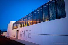 WHITE Exclusive Suites & Villas - als ob der Sommer nie zu Ende geht Basalt Rock, How To Order Coffee, Blue Hour, Hotel S, Boutique, White Walls, Lisbon, Villas, Around The Worlds