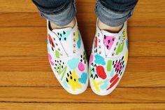 DIY, paint your own sneakers, from A Beautiful Mess Diy Vetement, Old Clothes, Painted Shoes, Painted Sneakers, Diy For Girls, Diy Clothing, Shoe Collection, Diy Fashion, Crafty