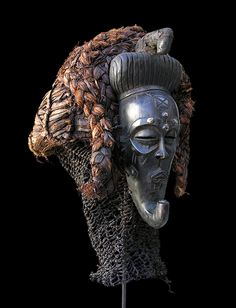 """CHOKWE - Angola / D. R. Congo Maschera facciale femminile """"Pwo"""" Legno, pigmenti, metallo, fibre vegetali, restauro tribale, patina d'uso, cm h46 x L20 x h30"""