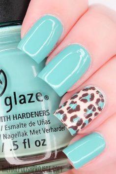 uñas de color azul con diseños de leopardo