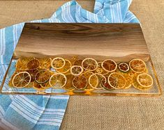 Cutting board with resin Diy Resin Projects, Diy Resin Art, Diy Resin Crafts, Diy Crafts To Sell, Wood Crafts, Resin And Wood Diy, Wood Resin Table, Epoxy Resin Wood, Diy Epoxy